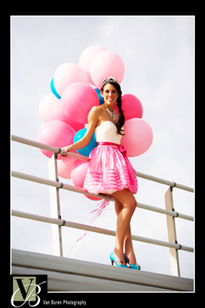 balloons in photoshoot, photo ideas for senior picture, engagement photo ideas
